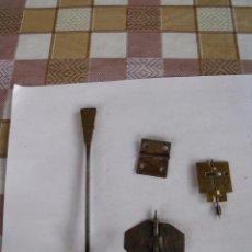 Relojes de pared: 4 PIEZAS DE RELOJ. 2 MARIPOSAS DE SONERIA- EJE DE PENDULO- LOTE 34. Lote 85161452