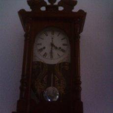 Relojes de pared: ELEGANTE Y CLASICO RELOJ DE PARED CARGA MANUAL, CAJA DE MADERA NOBLE, FUNCIONA CORRECTAMENTE. Lote 87618716