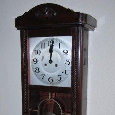 Relojes de pared: RELOJ DE PARED A CUERDA - SONORA - MADERA Y CRISTAL - MEDIADOS SIGLO XX. Lote 90919500