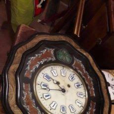 Relojes de pared: ANTIGUO RELOJ PARED A CUERDA REALIZADO EN MADERA Y DECORACION NACAR DE F.F.SXX, 1975 FUNCIONA. Lote 93288500