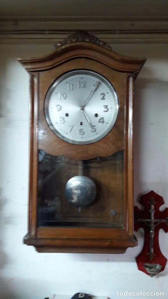 ANTIGUO RELOJ PARED A CUERDA Y CARRILLON REALIZADO EN MADERA DE LOS AÑOS 50 (Relojes - Pared Carga Manual)