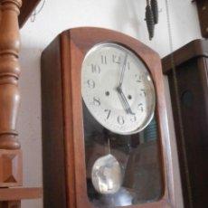 Relojes de pared: ANTIGUO RELOJ CUERDA MECÁNICO MANUAL LLAVE ANTIGUO DE PARED ESPAÑOL CON PÉNDULO AÑO 1940/50 FUNCIONA. Lote 95567379