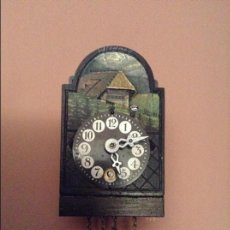Relojes de pared: RELOJ MINIATURA O DE CASA DE MUÑECAS DE PRINCIPIOS S.XX. DE LA SELVA NEGRA. FUNCIONA PERFECTAMENTE. Lote 33682721
