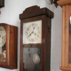 Relojes de pared: ANTIGUO RELOJ CUERDA MECÁNICO MANUAL LLAVE ANTIGUO DE PARED ALEMÁN CON PÉNDULO AÑO 1920/30 FUNCIONA. Lote 95772599