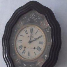 Relojes de pared: RELOJ OJO DE BUEY BONITA DECORACION FLORAL Y NACAR RELOJ CON MECANISMO COMPLETO DE TIPO MOREZ . Lote 96056267