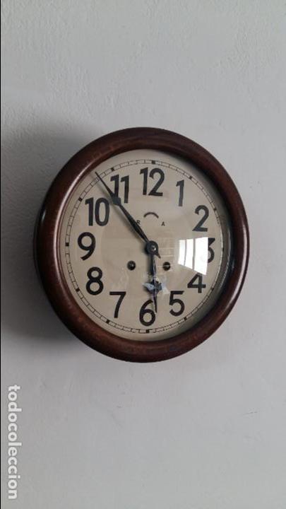 RELOJ DE COMERCIO O DE ESTACION, CON SONERÍA. (Relojes - Pared Carga Manual)