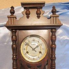 Relojes de pared: BELLO RELOJ DE PARED. CUERDA MANUAL DE 30 DIAS, PENDULO,LLAVE, MADERA. .60X30 CMS. Lote 98918555