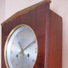 Relojes de pared: INTERESANTE RELOJ ART DECO.MAGNIFICO BARNIZ. SONERIA. FUNCIONANDO. 41 X 27 Y FONDO13 CMS. Lote 102140847