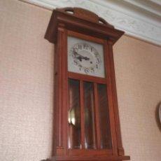 Relojes de pared: RELOJ DE PARED CON PÉNDULO. Lote 103243799