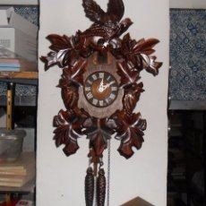 Relojes de pared: RELOJ MECÁNICO DE CUCO, MADERA TALLADA - FUNCIONA. Lote 103585159