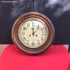 Relojes de pared: ANTIGUO RELOJ DE MADERA CON MAQUINARIA ORIGINAL. ESFERA DE PORCELANA ESMALTADA. ORIGEN VASCO.. Lote 103885835