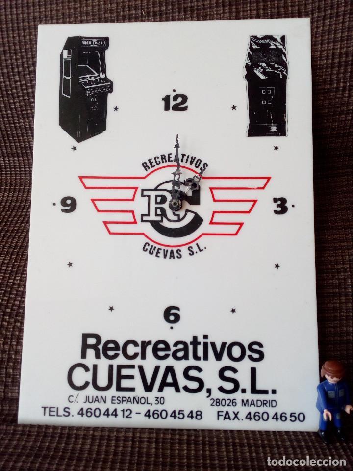 RELOJ METACRILATO, PUBLICIDAD MAQUINAS DE RECREATIVOS CUEVAS.MADRID. (Relojes - Pared Carga Manual)