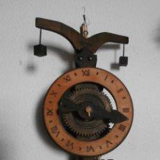 Relojes de pared: CURIOSO RELOJ PARED CON PESAS ALEMÁN ANTIGUO REPRODUCCIÓN RELOJ AÑO 1644 NECESITA AJUSTE O REVISION. Lote 105380891