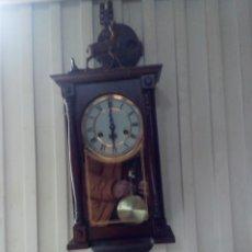 Relojes de pared: ANTIGUO RELOJ DE PARED DETALLE CIERVO MADERA. Lote 112175048