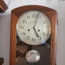 Relojes de pared: ANTIGUO RELOJ CUERDA MECÁNICO MANUAL LLAVE ANTIGUO DE PARED ESPAÑOL CON PÉNDULO AÑO 1940/50 FUNCIONA. Lote 112084199
