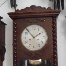Relojes de pared: ANTIGUO RELOJ CUERDA MECÁNICO MANUAL LLAVE ANTIGUO DE PARED ESPAÑOL CON PÉNDULO AÑO 1940/50 FUNCIONA. Lote 116130555