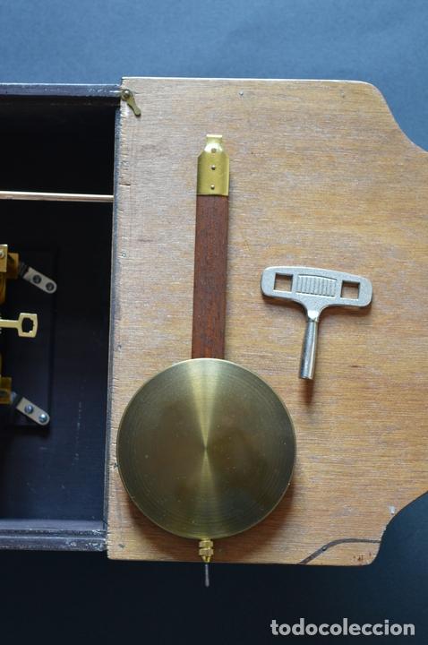 Relojes de pared: EXCEPCIONAL ANTIGUO RELOJ DE PARED CON SONERIA J. PASTOR 1940 CARGA MANUAL Y CAJA DE NOGAL - Foto 16 - 56802694