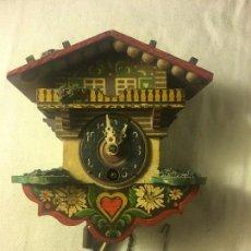 Relojes de pared: ANTIGUO RELOJ RELOJITO DE PARED A CUERDA EN MADERA, FUNCIONA. Lote 118921795