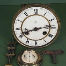 Relojes de pared: MAQUINARIA DE RELOJ. JUNGHANS. B07. PÉNDULO Y LLAVE. ALEMANIA. SIGLO XIX-XX. . Lote 120998343