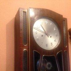 Relógios de parede: RELOJ ANTIGUO ESPAÑOL DE PARED A CUERDA CON PÉNDULO. . Lote 121926651