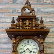 Relojes de pared: RELOJ CON CAJA CON TALLAS DE MADERA DE PARED. CUERDA DE 31 DÍAS.. Lote 125910783