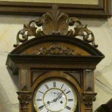Relojes de pared: RELOJ REGULADOR CON POLEAS, SEGUNDERO. CAJA DE MADERA CON TALLAS. DE PARED. (RARO).CARGA MANUAL. Lote 126008375