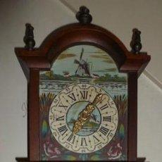 Relojes de pared: VIEJO RELOJ DE PARED. AÑOS 60. ORIGEN HOLANDÉS. COMPLETO EN MAQUINARIA Y PIEZAS. NO FUNCIONA.. Lote 126289623