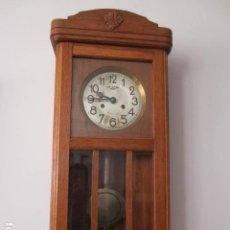 Relojes de pared: RELOJ DE PARED - MAQUINA ' DUACIR ' - PENDULO - CAJA MADERA CASTAÑO, FUNCIONANDO + INFO.. Lote 131352474
