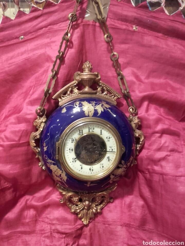 PRECIOSO RELOJ CARTEL DE PARED DE BRONCE DORADO Y PORCELANA BLEU DO ROI, FRANCIA S. XIX. FUNCIONA. (Relojes - Pared Carga Manual)