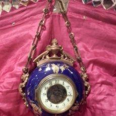 Relojes de pared: PRECIOSO RELOJ CARTEL DE PARED DE BRONCE DORADO Y PORCELANA BLEU DO ROI, FRANCIA S. XIX. FUNCIONA.. Lote 133095871