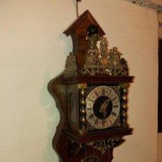 Relojes de pared: RELOJ ALEMÁN ANTIGUO, MADERA CON ORNAMENTOS EN BRONCE. Lote 137761286