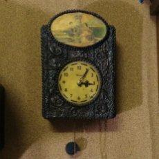 Relojes de pared: EXCLUSIVO RELOJ DE PARED MECÁNICO, CUERDA CON UNA PESA, MADERA TALLADA - FUNCIONA. Lote 138139482