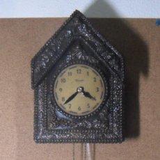 Relojes de pared: EXCLUSIVO RELOJ DE PARED MECÁNICO, CUERDA CON UNA PESA, MADERA TALLADA - FUNCIONA. Lote 138140662