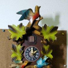 Relojes de pared: RELOJ DE CUCO DE LA SELVA NEGRA, MECÁNICO, MADERA TALLADA - FUNCIONA. Lote 141033918