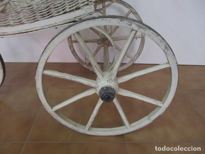 Relojes de pared: Antiguo Carrito, Cochecito para Muñecas, Bebe - Ruedas de Madera - Cesta de Mimbre - Original - Foto 2 - 141905834