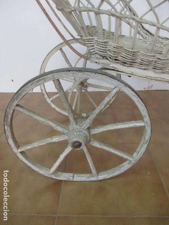 Relojes de pared: Antiguo Carrito, Cochecito para Muñecas, Bebe - Ruedas de Madera - Cesta de Mimbre - Original - Foto 18 - 141905834
