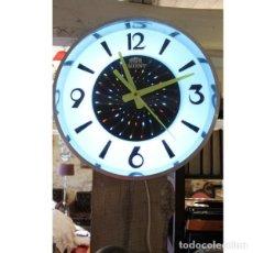 Relojes de pared: ANTIGUO RELOJ DE PARED ORIENT ELÉCTRICO CON COLORES EN MOVIMIENTO. Lote 143821718