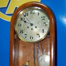 Relojes de pared: RELOJ DE PARED DE MADERA VINTAGE COLECCIONISMO. Lote 144055466
