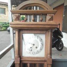 Relojes de pared: RELOJ DE PARED EN NOGAL FUNCIONANDO SIN PROBLEMAS. Lote 144496382