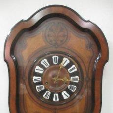 Relojes de pared: BONITO RELOJ DE PARED - OJO DE BUEY - SONERÍA DE CUARTOS - FUNCIONA - CON LLAVE - S. XIX. Lote 147144646