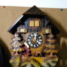 Relojes de pared: RELOJ DE CUCO MUSICAL DE LA SELVA NEGRA, MECÁNICO, MADERA TALLADA. Lote 145742542