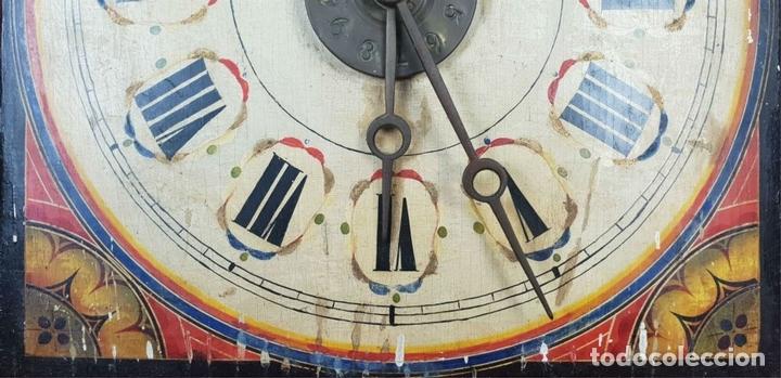 Relojes de pared: RELOJ DE PARED Ó RATERA. FRONTAL DE MADERA POLICROMADA. SIGLO XIX. - Foto 2 - 147970126