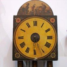 Relojes de pared: ANTIGUO RELOJ DE PARED DE ESFERA DECORADA CON TRES PÉNDULOS Y CADENAS. Lote 150815982