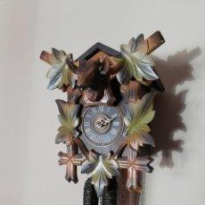 Relojes de pared: RELOJ DE PARED Y DE CUERDA CON PÉNDULO Y PESAS.. Lote 151404698