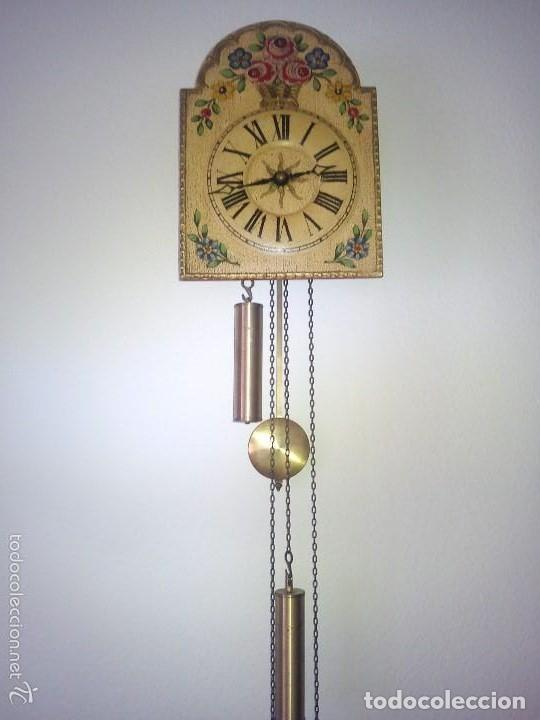PRECIOSO RELOJ DE PARED DE CARGA MANUAL ESTILO SELVA NEGRA.DECORADO CON FLORES Y FONDO BLANCO ROTO (Relojes - Pared Carga Manual)