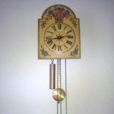 Relojes de pared: PRECIOSO RELOJ DE PARED DE CARGA MANUAL ESTILO SELVA NEGRA.DECORADO CON FLORES Y FONDO BLANCO ROTO. Lote 152216498