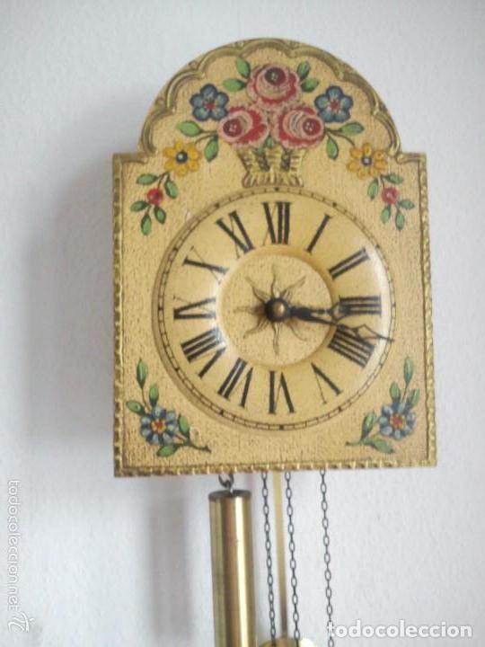 Relojes de pared: Precioso reloj de pared de carga manual estilo selva negra.decorado con flores y fondo blanco roto - Foto 3 - 152216498