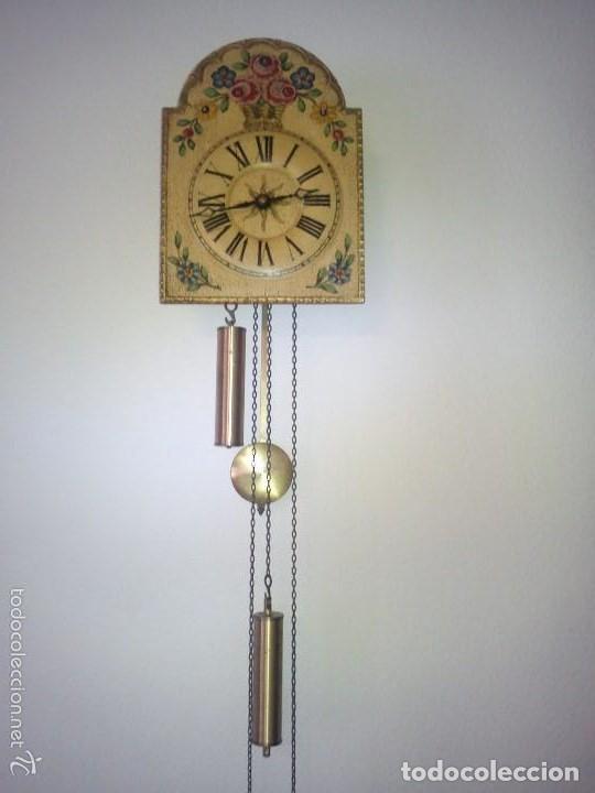 Relojes de pared: Precioso reloj de pared de carga manual estilo selva negra.decorado con flores y fondo blanco roto - Foto 4 - 152216498