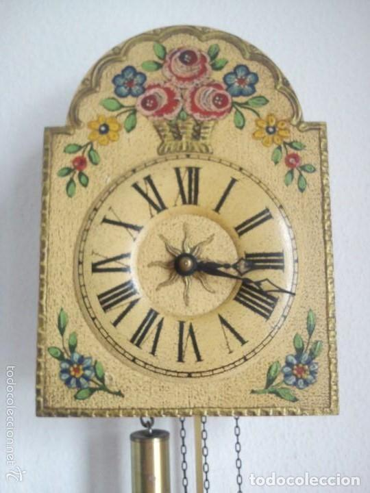 Relojes de pared: Precioso reloj de pared de carga manual estilo selva negra.decorado con flores y fondo blanco roto - Foto 7 - 152216498