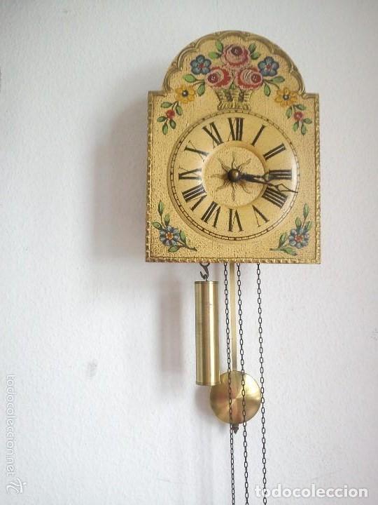 Relojes de pared: Precioso reloj de pared de carga manual estilo selva negra.decorado con flores y fondo blanco roto - Foto 8 - 152216498